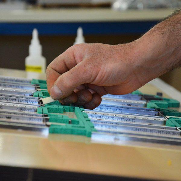Serviformes crée vos formes de découpe pour les cartonnages, pharmacie, parfums, imprimerie...
